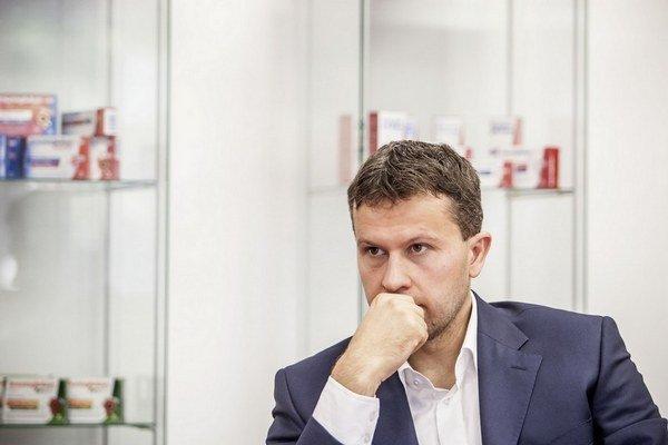 Jozef Janov (36) pôsobil desať rokov vo finančnej skupine Penta. Podieľal sa napríklad na nákupe a neskoršom predaji Severomoravských vodovodov a kanalizácií, uvedení Fortuny na burzy v Prahe a Varšave alebo na investíciách v Poľsku. Pred rokom ro