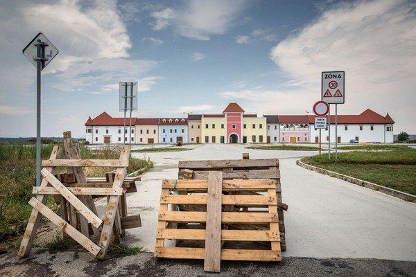 Outletové centrum v Senci má dokončenú farebnú vstupnú fasádu.