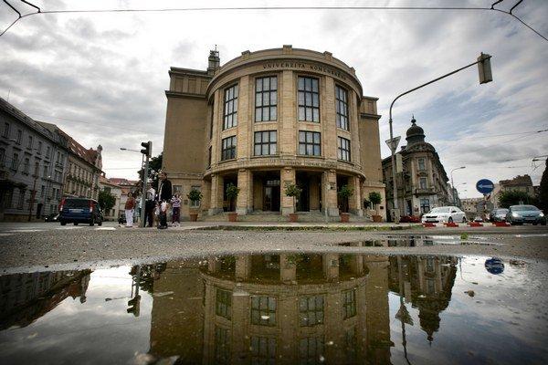 Univerzita Komenského je veľkým odberateľom kancelárskych potrieb. Objemové zľavy napriek tomu nečerpá.