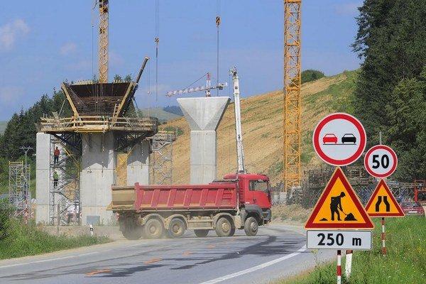 Nové diaľnice zvyknú naprojektovať aj krížom cez súkromný pozemok, niekedy na ňom stojí nehnuteľnosť.