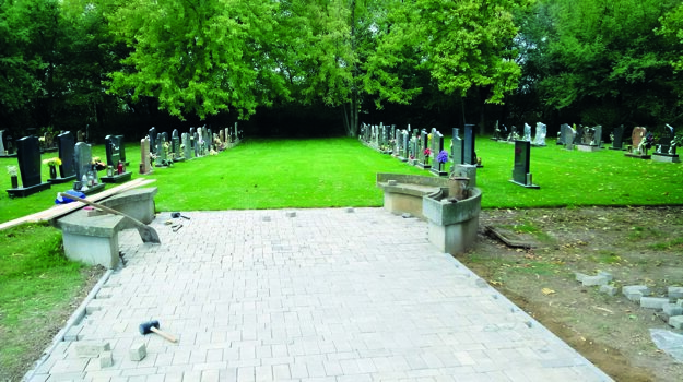 Kauza sa týka dodávky a výsadby drevín a položenia trávnatého koberca v Novom cintoríne.