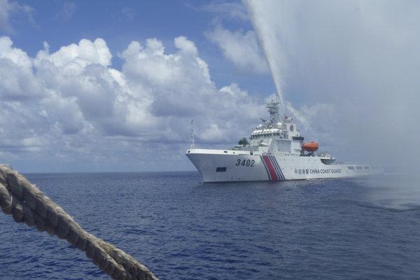Čínska pobrežná stráž vyháňa filipínskych rybárov od ostrovov v Juhočínskom mori, na ktoré má údajne nárok.