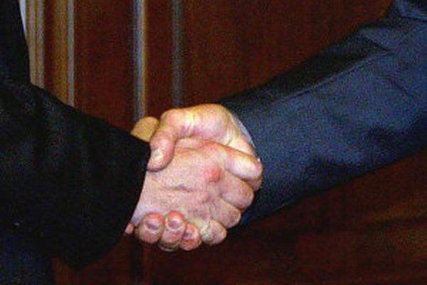 Obyvatelia v niektorým mestách vedia, s kým si ich primátor podáva ruky.