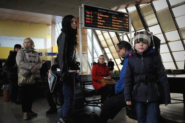 Čakanie na niektoré vlaky sa predĺžilo.