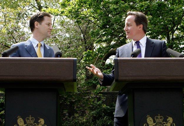 Nick Clegg a David Cameron, keď spolu oznamovali vznik koalície.