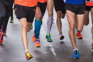 Miesto tenisiek si bežci na nohy dajú ženské topánky s vysokými opätkami.