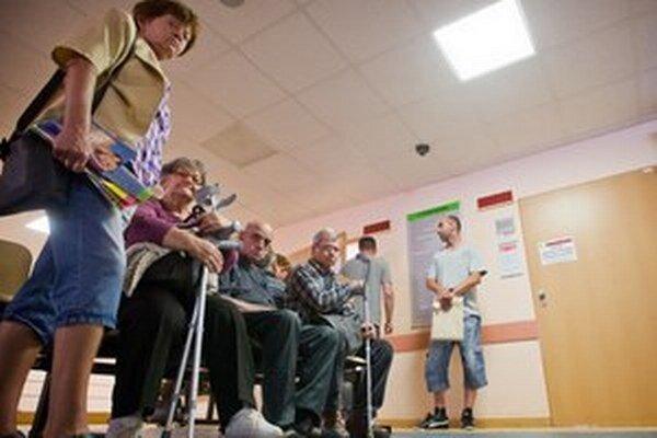 Nemocnicu v Malackách spravuje súkromná firma. Od pacientov vyberá poplatky. Od župy chce peniaze navyše za pohotovosť.