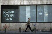 Muž prechádza okolo uzavretej pobočky Bank of Cyprus v centre hlavného mesta Nicosia.