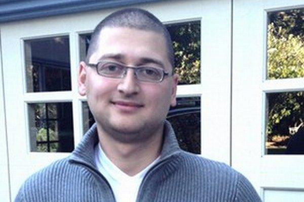 Dominik Balogh (24) začal pracovať v osemnástich rokoch ako dizajnér a vývojár webov na voľnej nohe, popritom robil  v reklamnej agentúre. Neskôr si založil vlastnú internetovú firmu a prevádzkoval MacBlog.sk. Vo firme PoweyBase spolu s českým spoločníkom