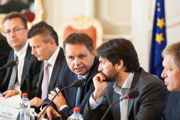 Minister financií Kažimír stále čaká, kedy mu minister vnútra Kaliňák ukáže návrh, ako chce riešiť výsluhové penzie.