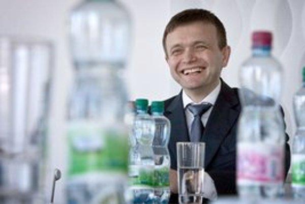 Partner Penty Jaroslav Haščák má dôvod na úsmev. Poisťovňa, ktorej polovicu vlastní, si bude môcť vyplácať peniaze aj po zákaze zisku.