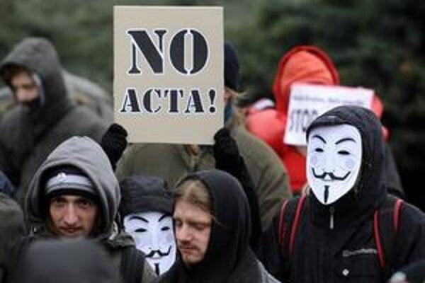 Proti dohode ACTA protestovali cez víkend ľudia v Bratislave aj vo Varšave.