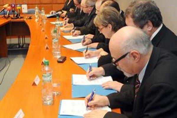 Podpis kolektívnej zmluvy v ZSSK Cargo Slovakia, k zmluve sa pripojilo deväť z jedenástich odborových organizácii.