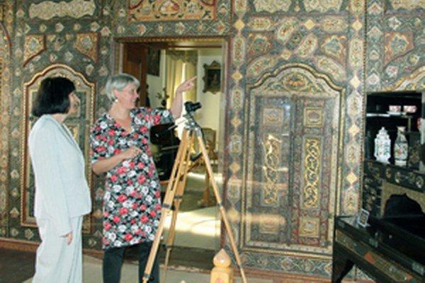 Odborná garantka sympózia a rovnomennej výstavy, historička umenia Katarína Malečková (vľavo) v rozhovore s nemeckou orientalistkou Anke Sarrahsovou z Drážďan v orientálnom salóne bojnického zámku.