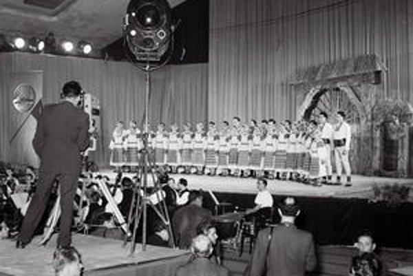 Prvé vysielanie Slovenskej televízie si vyžiadalo stovky metrov káblov naťahaných po Bratislave, ale malo úspech.