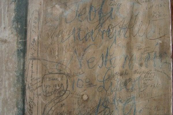 Červený Kláštor. Ľudia si písali odkazy na oltár.