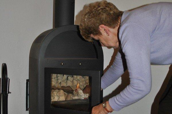 Kúri sa plynom aj drevom. Dni sú chladnejšie, ľudia už myslia aj na kúrenie.