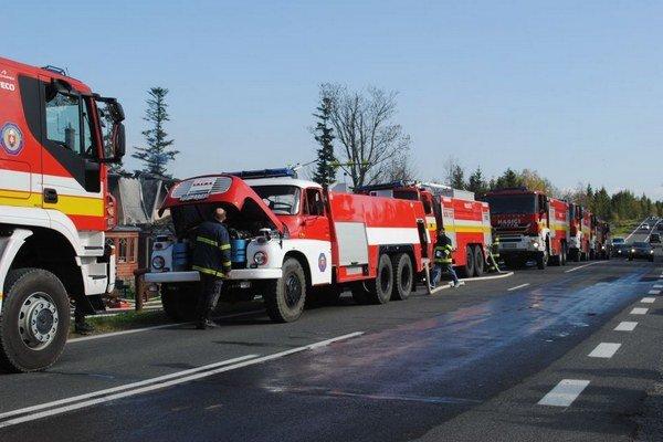 Zásahy v blízkosti ciest. Autá komplikujú prácu hasičom.