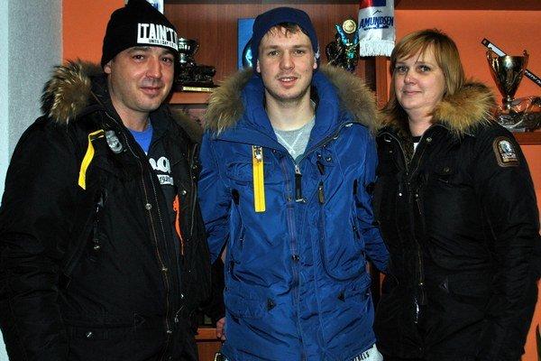 S rodičmi. Denis s otcom Miroslavom a mamou Mirkou.