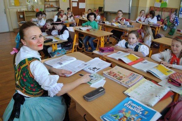 Učitelia sa v krojoch pridali k žiakom.