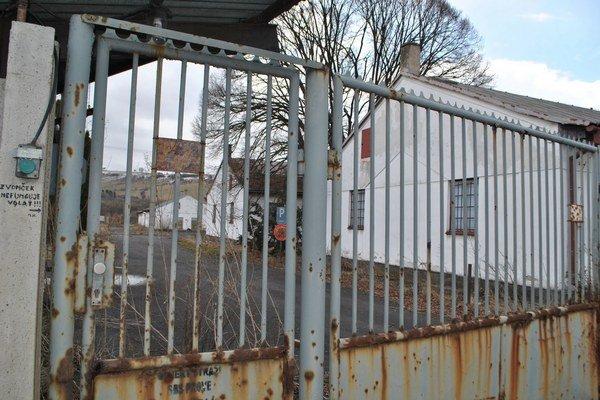 Prázdny areál. Za zamknutou bránou sú bývalé Podjavorinské kasárne.