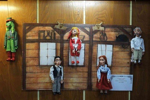 Na snímke marionetky a časť divadla na výstave bábok a bábkových divadiel manželov Bauerových v Ľubovnianskej knižnici v Starej Ľubovni.