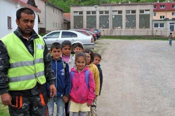 Občianska hliadka. Jej členovia doprevádzajú do školy deti, tie sa potom nepotulujú po dedine.