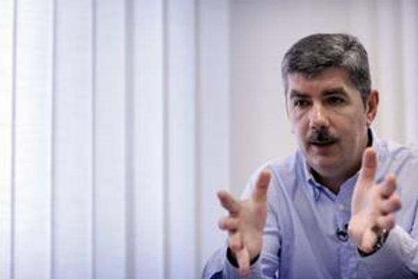 Vladimír Repčík (51) vyštudoval žurnalistiku na Univerzite Komenského v Bratislave a zahraničný obchod na Ekonomickej univerzite v Bratislave. V rokoch 1985 až 1995 pracoval v Slovenskej televízii, potom moderoval Televízne noviny na Markíze. Od roku 2000