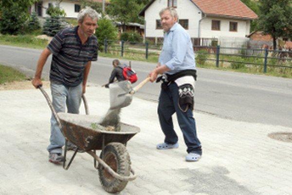Niektorí nezamestnaní sa zapájajú aspoň do aktivačných prác vo svojom meste alebo obci.