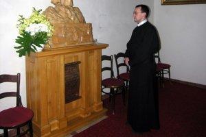 Jeden z väznených. Jezuita Štefan Bača v kláštore v čase internácie vyhotovil sochu Panny Márie.