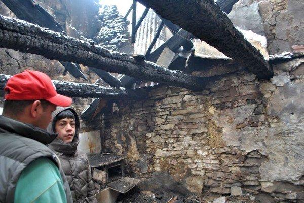 Dom zhorel, tri deti našli pod sutinami.