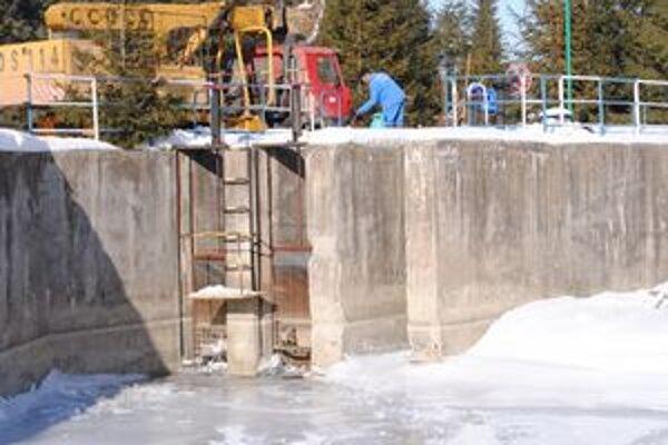 Vodojem v Jakubanoch. Vodári prišli na miesto odstraňovať zamrznuté miesta aj pomocou horákov.