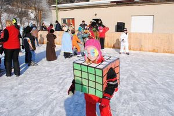 Neušla pozornosti. Rubikova kocka bola na ľade v Plavnici neprehliadnuteľná.
