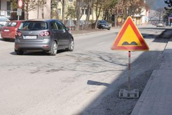 Cesty v Starej Ľubovni. Niektoré úseky museli kvôli bezpečnosti označiť dopravnými značkami.