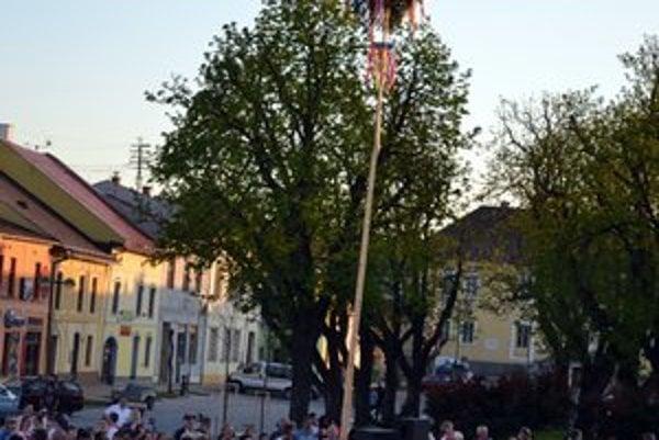 Máj v Podolínci. Týči sa v centre mesta.