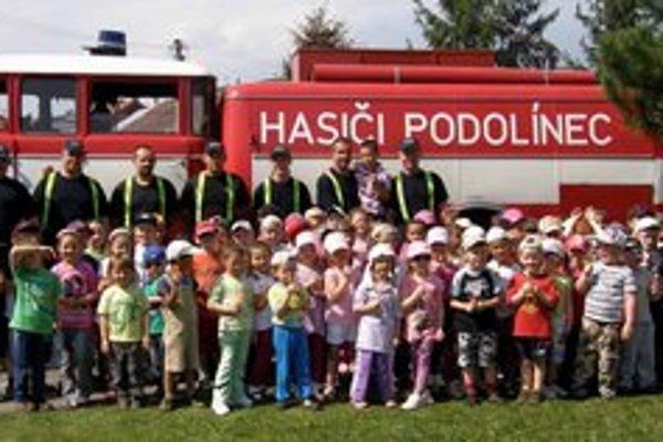 Deň s hasičmi. Škôlkari z Podolínca si ho užívali s miestnymi dobrovoľníkmi.