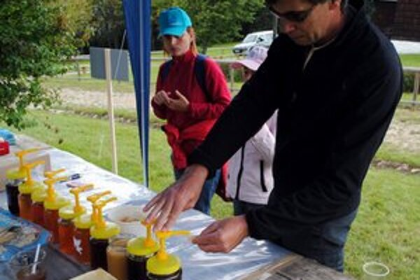 Ochutnávka. Ľudia si vyberali spomedzi desiatich vzoriek medu.