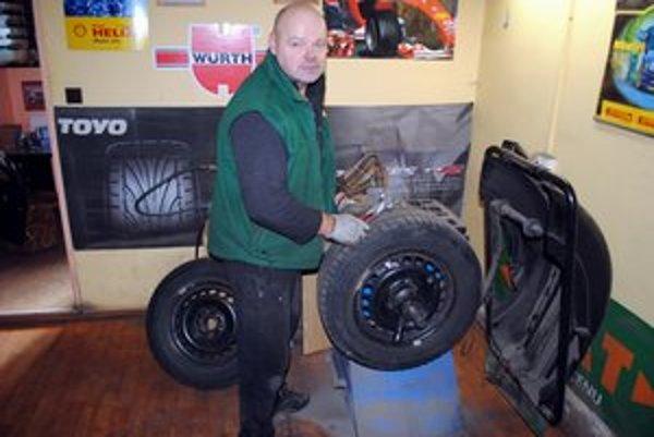 Výmeny pneumatík. Slavko Vojtek zažil aj tento rok veľký nápor motoristov po prvom snehu.