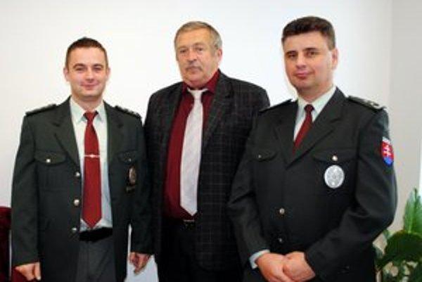 Policajti a zachránený. Pavol Sitár vľavo a Ján Baláž vpravo zachránili Jána Benča – na snímke v strede.