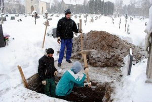 Tuhá minulá zima. Mimoriadne chladné počasie sme prežili minulú zimu. Na viacerých miestach padali mínusové teplotné rekordy. Nezvyčajne zložité to mali aj hrobári. Tí sa pri svojej činnosti museli vyrovnať s mrazmi a tak sa v čase tuhých mrazov ich nástr