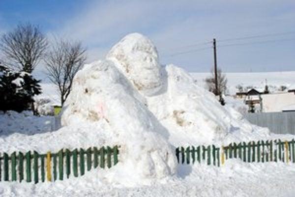 Gorila zo snehu. Chlapci vraj dielo ešte nedokončili, chystajú sa najbližšiu sobotu.