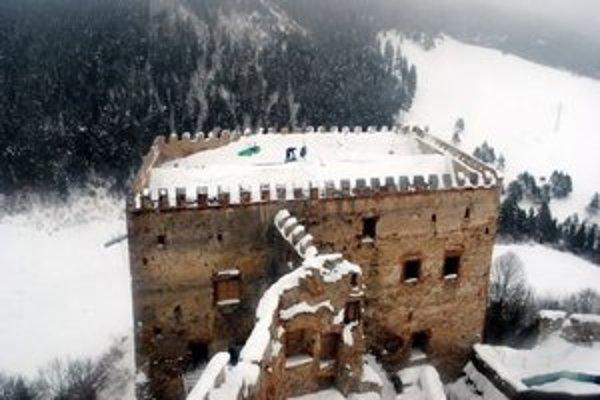 Strecha paláca. Boli na nej tony snehu.