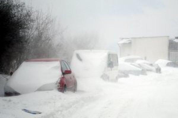 Sneh a vietor. Živel zasypal autá, v uliciach bola slabá viditeľnosť.