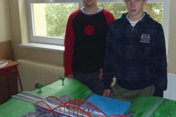 Študenti. Postavili model mosta.