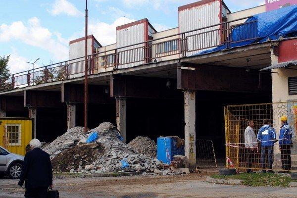 Družba. Pod jej terasou vznikne Tesco, otázna je však ďalšia budova s obchodmi.