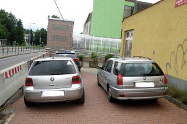 Autá by na tomto mieste nemali vôbec stáť.