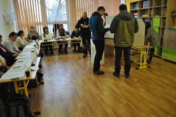 Volebná miestnosť. Občania v sobotu rozhodovali o tom, kto postúpi do 2. kola prezidentských volieb.