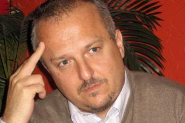 Narodil sa v roku 1975 v Banskej Bystrici, vyrastal v Medzibrode. Vyštudoval marketing na Ekonomickej univerzite v Bratislave, pracoval ako redaktor rádia Lumen, novinár v Hospodárskych novinách, Národnej obrode (šéf finančnej prílohy Koruna) a v Sme (eko