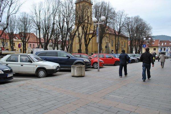Parkovanie v Starej Ľubovni. Je problémom nielen na námestí.