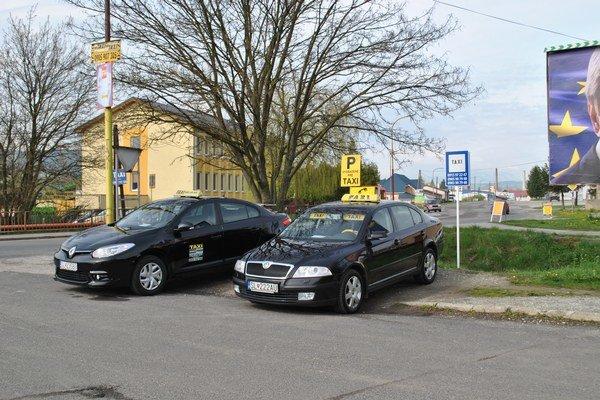 Taxíky parkujú nielen na autobusej stanici.